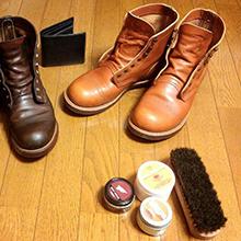 相棒の靴たちとそのお手入れ道具です。レーザーブーツをブラシで磨いて、オイルをなじませます。